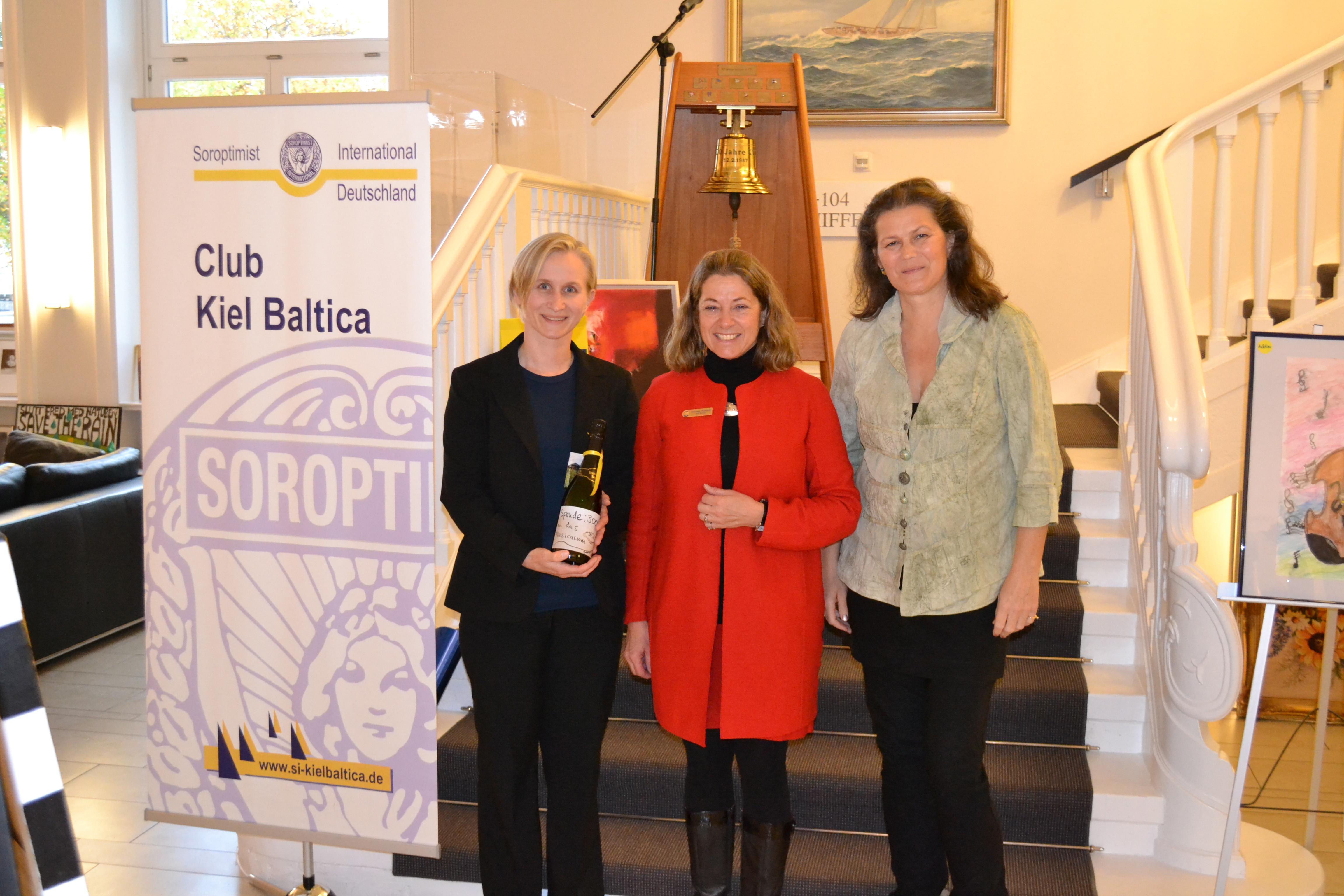 Präsidentin Dorothee Thomanek übergibt Scheck an Musiculum