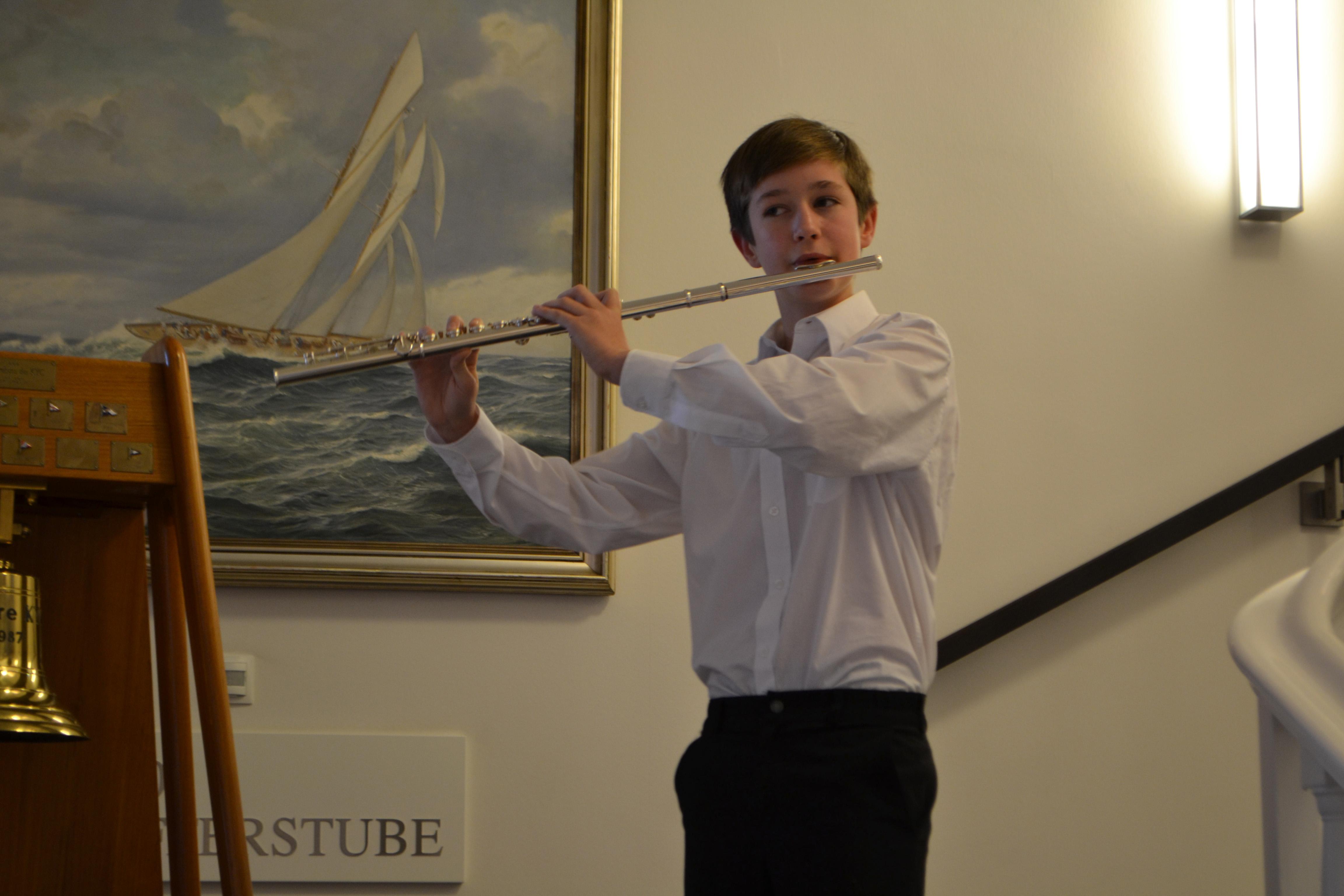 Theodore Squire spielt auf der Biderauktion von SI Club Kiel Baltica