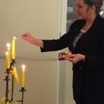 Patin Dorothee Thomanek entzündet die Kerze für die SI-Weltebene