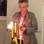 Susan Timman entzündet die Kerze für Deutschland-Ebene